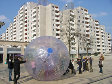Ufo in Westhagen gelandet? Spieleinsatz mit dem ZORB auf dem Westhagener Marktplatz