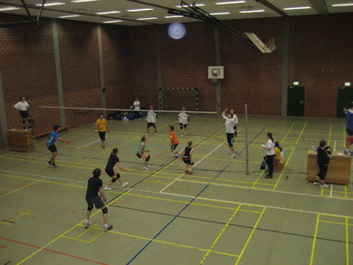 Sportlerinnen und Sportler beim Volleyballturnier