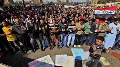 Mubaraks tilhængere umiddelbart før deres angreb på demonstrationen
