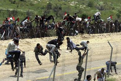 Under forsøget på at gennembryde afspærringerne blev palæstinenserne heftigt beskudt af den israelske hær