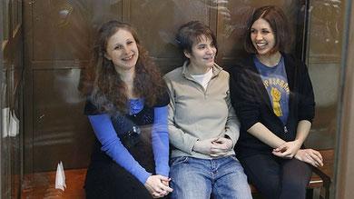 Jekaterina (i midten) og Marija (tv) og Nadeshda (th)