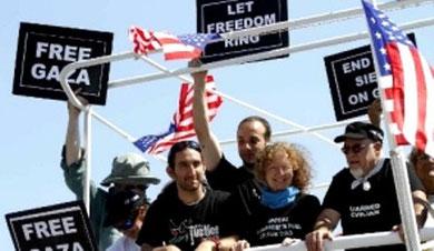 "Freedom-Gaza aktivister hilser fra det amerikanske skib ""Audacity of Hope"""