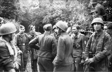 Alex Uhlig and his men (2nd from right with no helmet / courtesy Bundesarchiv)