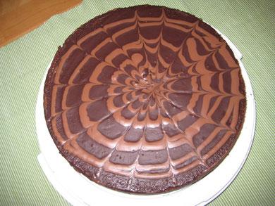 Schokoladetorte mit zweifarbiger Glasur