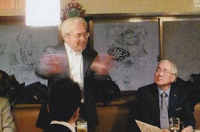 西高サッカー部の活躍振りを熱弁する小安会長。右が小倉名誉会長