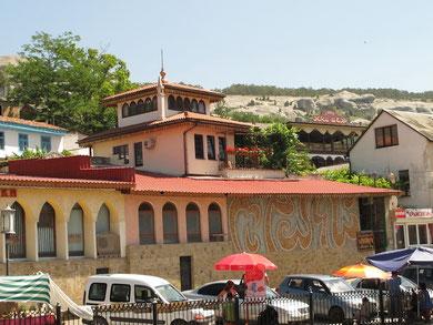 Бахчисарай. Вид из дворца на торговую улицу