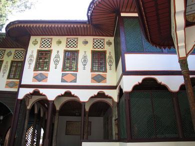 Вот такой он ханский дворец - весь резной, плетеный и расписной!