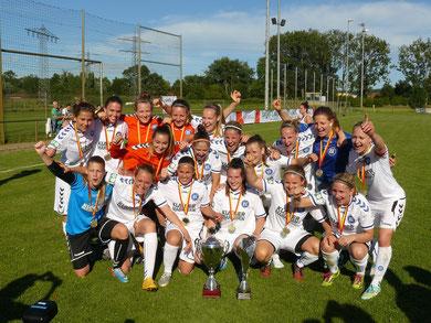 Badisches Pokalfinale 2015 - Die Spielerinnen des Karlsruher SC mit den beiden Pokalen ( links: Wanderpokal; rechts der Pokal, der beim Verein verbleibt )