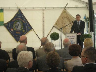 Oberbürgermeister Klaus Mohrs dankt den Vernatwortlchen des TSV für das vorbldlche Engagement der Ehrenamtlichen und der Mitglieder