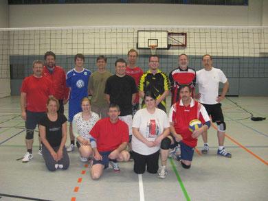 Lächeln für die Kamera: Brackstedter Volleyballer und CVJMer vor dem sportlichen Vergleich