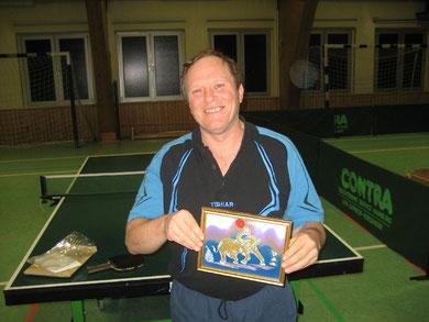 Für seine vorbildliche Unterstützung von sozalsportlichen Aktionen des CVJM erhält Gerhard Otte ein Glasbiild des thaländischen Künstlers Sayon Kaew-Lerng mit einem Tischtennis spielenden Elefanten