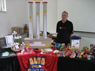 Gottfried Wolff vom CVJM Essen vor seinem Welthandel-Stand