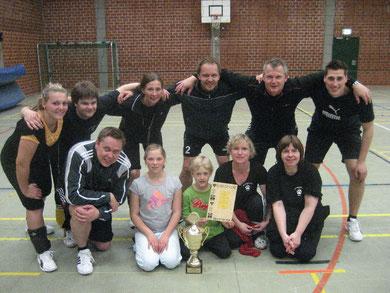 So sehen Sieger aus! Spielerinnen und Spieler des VfL Rötgesbüttel mit ihren beiden Maskottchen strahlen in die Kamera
