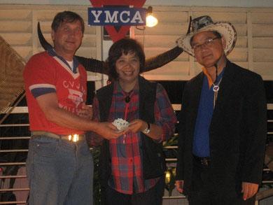 500 Euro in bar: Rajan Maneekan, Chularat Phongtudsirikul und Manfred Wille (von rechts)