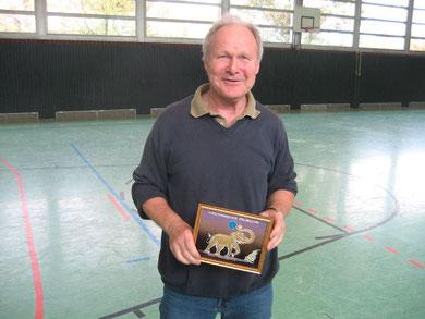 Für seine vorbildliche Unterstützung von sozialsportlichen Aktionen des CVJM erhält Günter Donath en Glasbild des thailändischen Künstlers Sayon Kaew-Lerng mit einem Tischtennis spielenden Elefanten