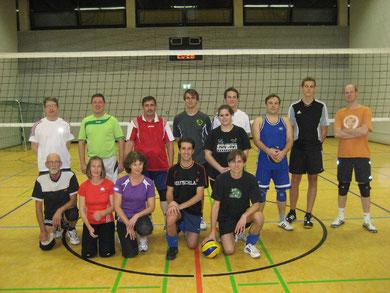 Hobbyvolleyballerinnen und Hobbyvolleyballer lächeln in die Kamera