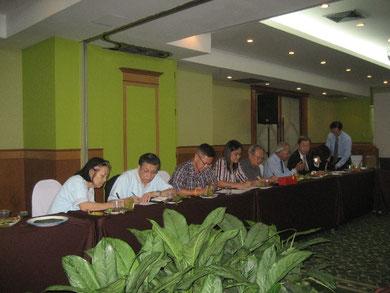 Aufmerksam arbeiten Teilnehmer und Teilnehmerinnen mit