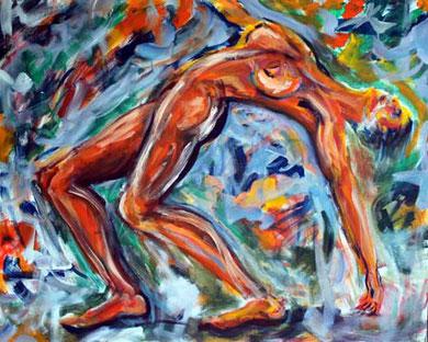 Eine nackte Frau richtet sich auf