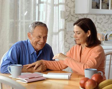 Ehepaar sitzt am Küchentisch