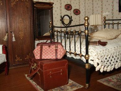 """El bolsón y los guantes de piel marrón sobre la cama son de """"The Luggage Lady"""""""