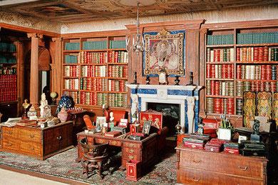 Biblioteca de la casa de muñecas de la reina Mary en Windsor