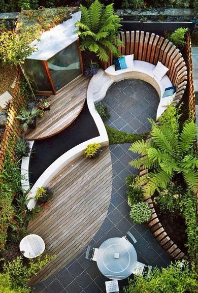 Petit jardin urbain composé d'un petit espace en ville et de jardinières