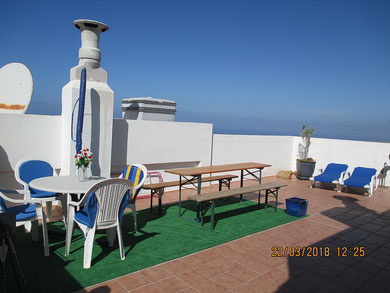 Gemütliche Dachterrasse mit Liegestühle, Sitzgelegenheit und Meerblick