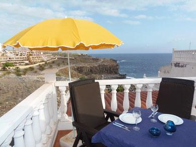 Von der Terrasse mit modernen Möbeln hat man einen wunderbaren Blick auf den Strand und das Meer.