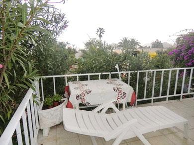 Gartenblick von der Terrasse des kleinen Hauses zur Langzeitmiete.