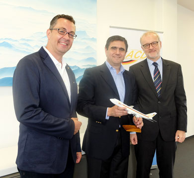 LATAM Cargo's Álvaro Carril (center) was welcomed in Frankfurt by ACD leaders Winfried Hartmann (right) and Mathias Jakobi (standing left)  -  courtesy ACD