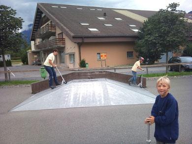 Die Gang zeigt ihr Können im Skatepark