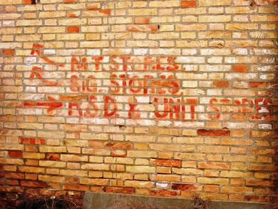 Scritte odierne su un muro di un magazzino che servì alla Brigata Ebraica, tutt'ora visibili. RIPRODUZIONE VIETATA