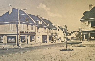 Le centre commerçant d'Evrecy (Calvados) en cours de reconstruction vers 1955