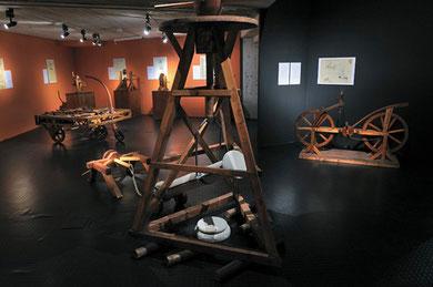 Pour dresser les colonnes, Léonard de Vinci combine une vis sans fin pour la soulever vers le haut et un treuil pour en déplacer la base. ( Musée d'histoire naturelle de Neuchâtel)