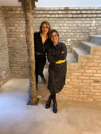 TV-Stylistin Astrid Rudolph und Melania Martinez beim gemeinsamen frisieren und schminken