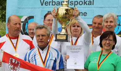 Sieger Verbandspokal: Recurvemannschaft des BBSV, mit dabei vom KSC waren Gabi (mit Pokal) und Christa (re. 2. Reihe)