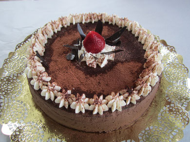 Tarta de mousse de chocolate con cacao, nata y palitos de chocolate