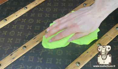 Entretenir la toile Louis Vuitton d'une malle ancienne chiffon doux