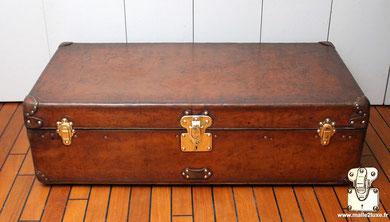 entretenir le cuir d'une malle ancienne Louis Vuitton, le nettoyer