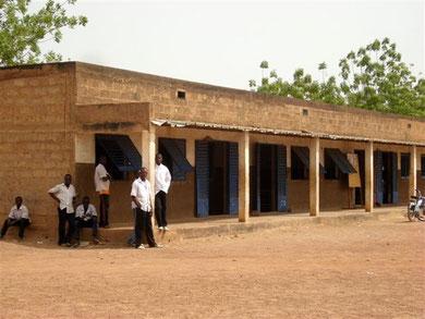 Elèves en uniforme devant leur classe