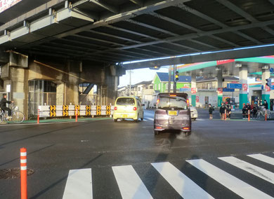 直進車が(黄色の車)学童が待機する歩道部分(ガートレール下の緑の所)に衝突する