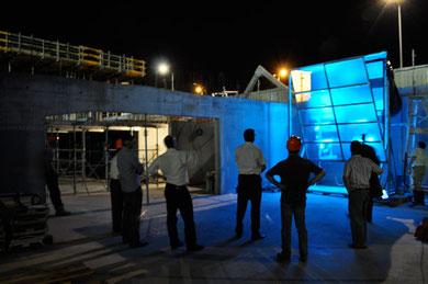 Durant un test nocturne, le client, l'architecte et l'entreprise générale évaluent la qualité de l'éclairage de la façade.