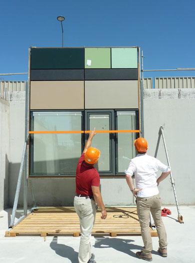 Essai d'installation des éléments préfabriqués de la façade