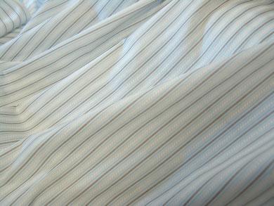 feine Streifen in braun-blau auf weißem Viskosestoff