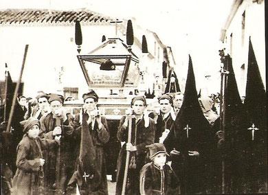 La primera procesión del Santo Entierro en 1940, recién creada la Cofradía