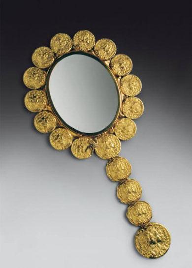 золотые монеты и украшения дали