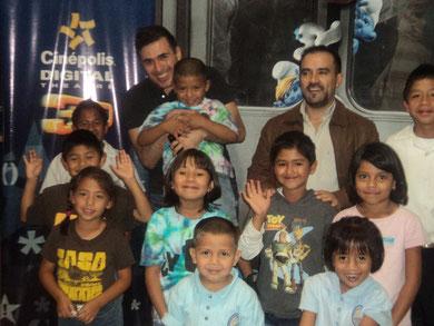 El cantante guatemalteco Francisco Paez junto a Christian Contreras (Gerente de Cinépolis Miraflores) y los niños que vieron Los Pitufos.