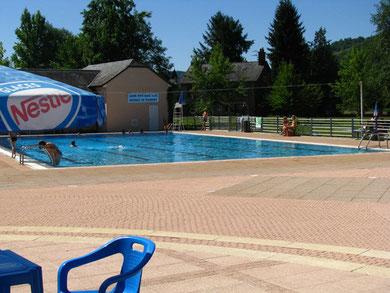 la piscine et sa pataugeoire dans St Cyprien Aveyron
