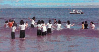 Schulmädchen im Meer des Friedens 2009, Öl/LW, 130x250 cm
