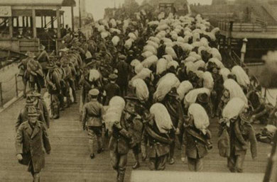New Zealand troops unloading at a French port in 1918. 'War Pictorial' Magazine.